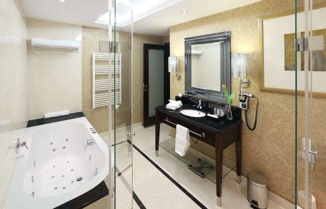 Kings Court Executive Suite Bathroom